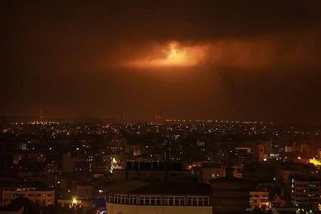 Von der israelischen Armee abgefeuerte Leuchtbomben erhellen den Nachthimmel über Gaza. Foto: Mohammed Talatene/dpa