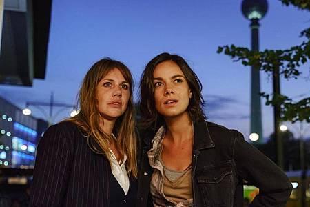Lolle (Felicitas Woll, l) und Dana (Janina Uhse) erleben eine wilde Nacht. Foto: -/Constantin Film Verleih /dpa