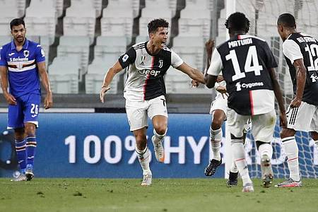Cristiano Ronaldo (2.v.l) von Juventus jubelt über seinen Treffer zum 1:0. Foto: Antonio Calanni/AP/dpa