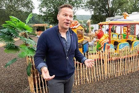 Der Zirkuschef Sascha Melnjak wartet auf Besucher. Foto: Julian Stratenschulte/dpa