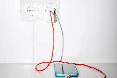 Breiter Einsatz: Wer schon ein Netzteil mit USB-C-Buchse für ein Android-Gerät besitzt, kann dies auch einfach fürs iPhone 12 benutzen. Foto: Zacharie Scheurer/dpa-tmn