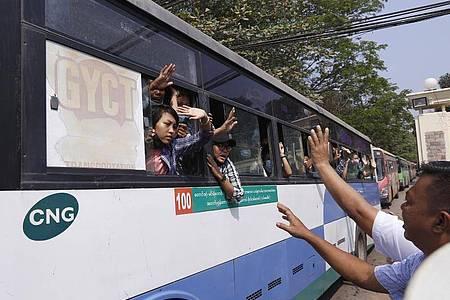 Die freigelassenen Studenten hatten sich an den Protesten gegen den Militärputsch von Anfang Februar beteiligt. Foto: Uncredited/AP/dpa