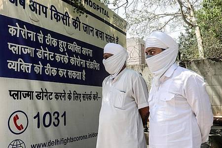 Angehörige von Verstorbenen vor einer Klinik in Neu Delhi. Die Corona-Pandemie in Indien hat sich dramatisch zugespitzt. Foto: Naveen Sharma/SOPA Images via ZUMA Wire/dpa