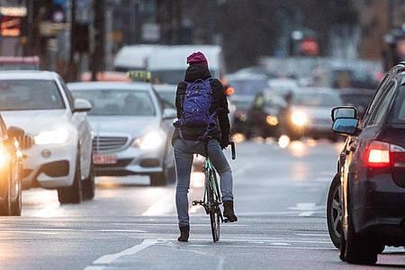 Eigentlich zielte eine Reform der Verkehrsregeln vor allem auf mehr Schutz für Radler. Doch hinzugekommene schärfere Sanktionen für Raser sorgen weiter für Ärger. Foto: Sebastian Gollnow/dpa