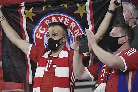 Auch Fans des FC Bayern München feuerten ihr Team an. Foto: Attila Kisbenedek/Pool AFP/AP/dpa