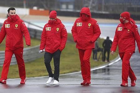 Ferrari-Pilot Sebastian Vettel (2.v.l) beim Track Walk auf dem Nürburgring. Foto: Matthias Schrader/AP/dpa
