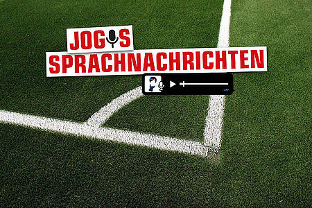 Jogis Sprachnachricht / Schrift auf grünem Fußballrasen