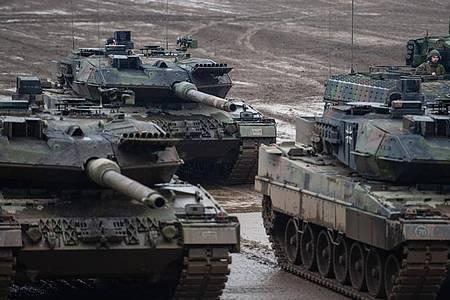 Kampfpanzer vom Typ Leopard 2A6 und ein Schützenpanzer vom Typ Puma. Die deutschen Kriegswaffenexporte sind im vergangenen Jahr um 43 Prozent gestiegen. Foto: Philipp Schulze/dpa