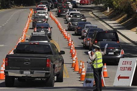 In Los Angeles warten Menschen in ihren Autos auf einen Corona-Test. Foto: Mark J. Terrill/AP/dpa
