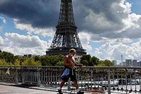 Die Maske ist mittlerweile in ganz Paris Pflicht - doch in Frankreich steigen die Zahlen weiter kräftig an. Foto: Thomas Coex/AFP/dpa