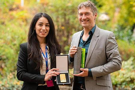 Die Regisseurin Sevgi Hirschhäuser und ihr Ehe- und Kameramann Chris Hirschhäuser mit dem Hofer Goldpreis. Foto: Nicolas Armer/dpa