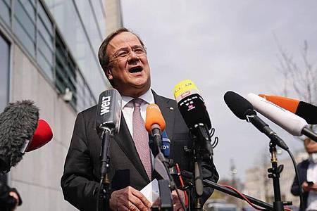 Armin Laschet, CDU-Bundesvorsitzender und Ministerpräsident von Nordrhein-Westfalen, spricht bei einem Statement vor dem Konrad-Adenauer-Haus, der Bundeszentrale der CDU. Foto: Michael Kappeler/dpa