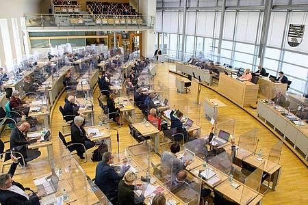 Abgeordnete des Landtages von Sachsen-Anhalt stimmen über einen Staatsvertrag ab. Foto: Klaus-Dietmar Gabbert/dpa-Zentralbild/dpa