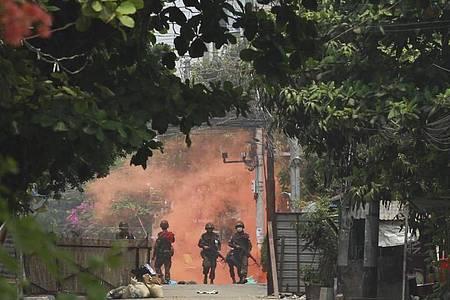 Uniformierte Soldaten mit Gewehren bei einer Demonstration von Anti-Putsch-Demonstranten in Yangon. Foto: -/AP/dpa