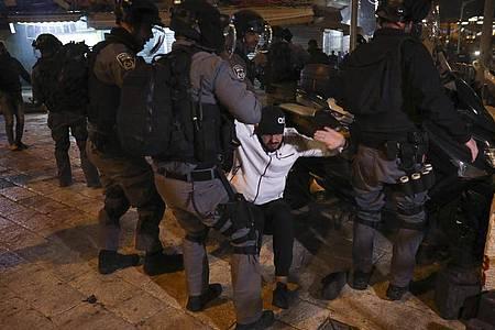 Israelische Bereitschaftspolizei verhaftet während Zusammenstößen in der Nähe des Damaskustors einen palästinensischen Mann. Foto: Mahmoud Illean/AP/dpa