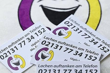 Das «Lachtelefon» richtet sich an alle, die eine rasche Stimmungsaufhellung brauchen. Unter der täglich zwölf Stunden erreichbaren Lach-Telefonnummer rufen von Kindern bis hochbetagten Senioren alle Altersgruppen an. Foto: Arne Dedert/dpa