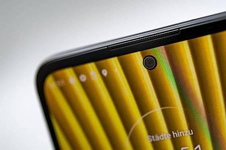 Die Displays der Motorola Egde 20 messen 6,7 Zoll in der Diagonalen. Im Spitzenmodell sind maximal 144 Hertz Bildwiederholfrequenz möglich. Foto: Zacharie Scheurer/dpa-tmn