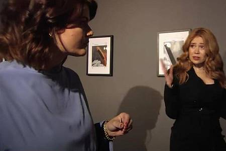 Die Autorin und Journalistin Sophie Passmann (l) und die Moderatorin Palina Rojinski im Gespräch in in der fingierten Kunstausstellung «Männerwelten» (Standbild). Foto: ProSieben/dpa
