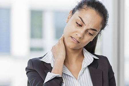 Wer im Büro viel sitzt, hat schnell mal einen verspannten Nacken. Mit einfachen Übungen verschwinden die Beschwerden normalerweise nach ein paar Tagen wieder. Foto: Monique Wüstenhagen/dpa-tmn