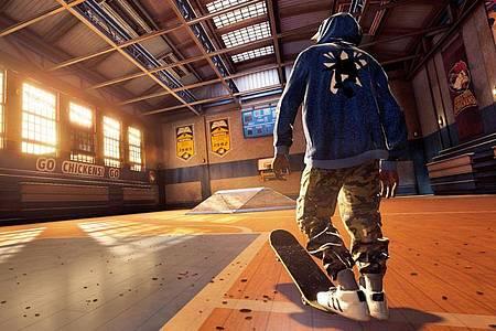 Skaten in der Turnhalle: Die Level der alten Spiele wurden in «Tony Hawk?s Pro Skater 1+2» zu neuem Leben erweckt. Foto: Activision/dpa-tmn