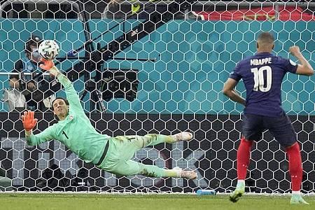 Frankreichs Kylian Mbappé verschoss gegen die Schweiz den entscheidenden Elfmeter. Foto: Vadim Ghirda/Pool AP/dpa