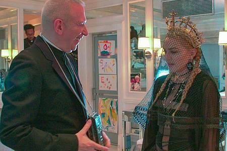 Jean-Paul Gaultier spricht in der Dokumentation «Freak & Chic» mit Madonna. Foto: -/Studiocanal GmbH /dpa