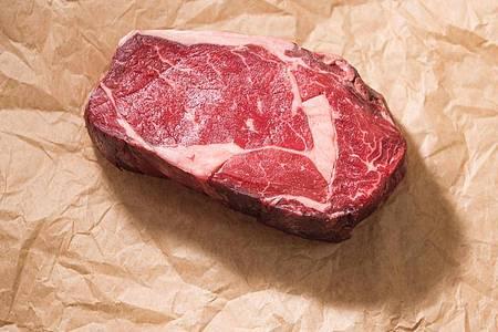 Unbekannte Herkunft?Bei Fleisch aus dem Supermarkt können Verbraucher herausfinden, woher es stammt - ganz einfach ist das aber nicht. Foto: Lino Mirgeler/dpa-tmn