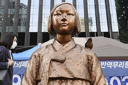 Eine Statue vor der japanischen Botschaft in Seoul. Sie symbolisiert die «Trostfrauen», die während des Krieges zur Arbeit in japanischen Militärbordellen gezwungen wurden. Foto: ./kyodo/dpa