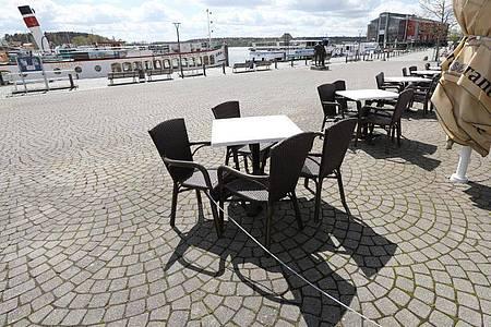 Der Außenbereich eines Cafés im Stadthafen in Waren an der Müritz ist menschenleer. Foto: Bernd Wüstneck/dpa-Zentralbild/dpa