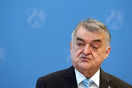 «Das sind nicht nur palästinensische Gruppen»: Herbert Reul, Innenminister von Nordrhein-Westfalen. Foto: Federico Gambarini/dpa/Archiv