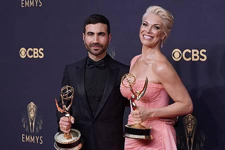 Der britische Schauspieler Brett Goldstein und die britische Schauspielerin Hannah Waddingham posieren auf dem rotenTeppich der 73. Emmy Awards in Los Angeles. Foto: Chris Pizzello/Invision via AP/dpa