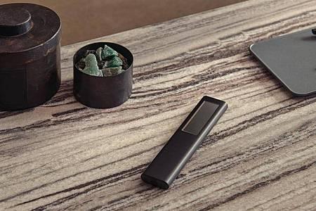 Samsungs neue Fernbedienung hat nun einen Akku und eine Solarzelle. Damit soll die Smart Remote auch durch Innenraumbeleuchtung geladen werden können. Foto: Samsung/dpa-tmn