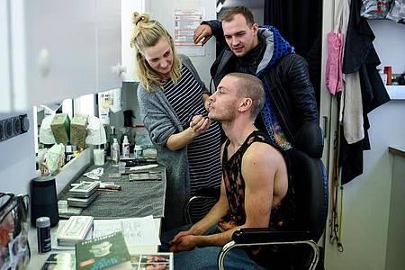 Eric Stehfest (hinten) besucht Schauspieler Jannik Schümann in der Maske. Foto: Britta Pedersen/dpa-Zentralbild/dpa