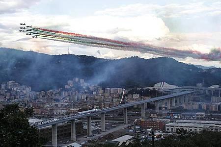 Die Kunstflugstaffel Frecce Tricolori fliegt bei der Einweihung in Genua über die neue Brücke hinweg. Foto: Antonio Calanni/AP/dpa