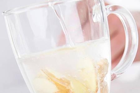 Ingwertee gilt als natürliches Hilfsmittel bei einer Erkältung. Foto: Christin Klose/dpa-tmn
