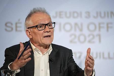 Thierry Frémaux, Direktor der Internationalen Filmfestspiele von Cannes, stellt die offiziellen Auswahl der Filmfestspiele vor. Foto: Francois Mori/AP/dpa