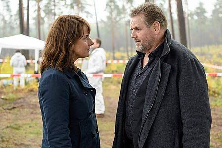 Lemp (Felix Vörtler) erscheint geschockt am Tatort und erfährt von Brasch (Claudia Michelsen) von dem Mord an Jessica. Foto: Stefan Erhard/MDR/filmpool fiction/dpa
