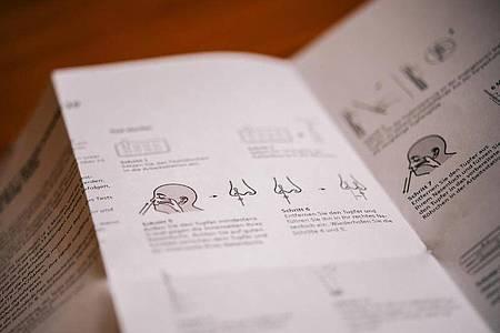 Die Selbsttests müssen eine Anleitung haben, die auch für medizinische Laien verständlich ist - Schritt für Schritt und mit Hilfe von Illustrationen wird hier erklärt, wie man vorzugehen hat. Foto: Zacharie Scheurer/dpa-tmn