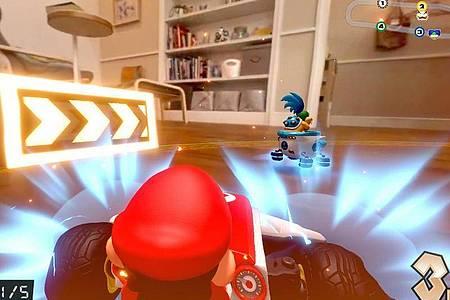 Held in zwei Welten: Der digitale Super-Mario rast im realen ferngesteuerten Spielzeug-Kart durch die Wohnung. Foto: Nintendo/dpa-tmn