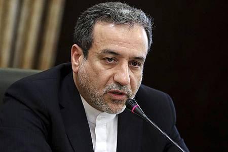 Außenminister Abbas Araghchi stellt vor dem Atomtreffen inWien Forderungen anWashington: «Irans Politik diesbezüglich ist klar und einfach: Die USA müssen zum Wiener Atomabkommen zurück.». Foto: Ebrahim Noroozi/AP/dpa