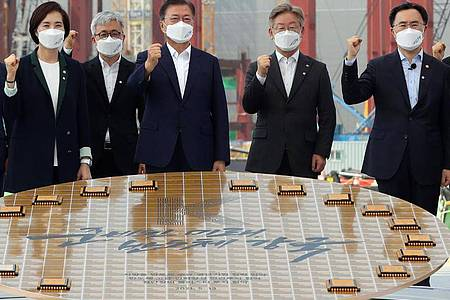 «Halbleiter-Machtzentrum bis 2030»: Staatspräsident Moon Jae In (M) besucht den Samsung-Produktionsstandort in Pyeongtaek. Foto: YNA/dpa