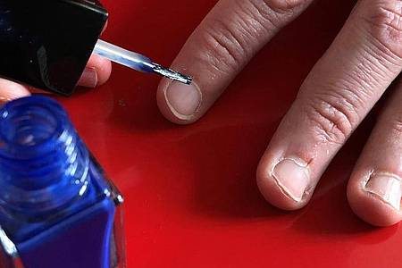 Ein Mann lackiert seine Fingernägel. Foto: Gregor Tholl/dpa-Zentralbild/dpa