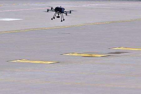 Das autonomen Drohnensystems HIVE fliegt beim Premierenflug über dem Vorfeld des Flughafen Rostock-Laage. Foto: Jens Büttner/dpa-Zentralbild/dpa