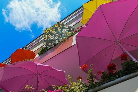 Mittagssonne auf Balkonen eines Mehrfamilienhauses. Foto: Patrick Pleul/dpa-Zentralbild/dpa