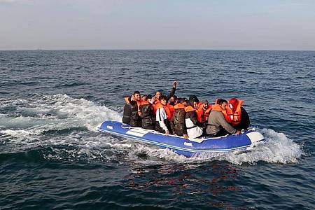 Eine Gruppe von mutmaßlichen Migranten überquert den Ärmelkanal in einem kleinen Boot in Richtung Dover. Foto: Gareth Fuller/PA Wire/dpa