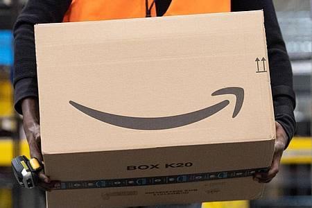 Wer sich vor Betrügern schützen will, sollte nur auf die gewohnte Kaufabwicklung bei Amazon zurückgreifen. Foto: Sebastian Kahnert/dpa-Zentralbild/dpa/Illustration