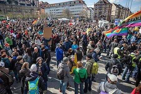 Die «Querdenken»-Demonstration richtet sich gegen die Pandemie-Einschränkungen der Bundesregierung. Foto: Christoph Schmidt/dpa