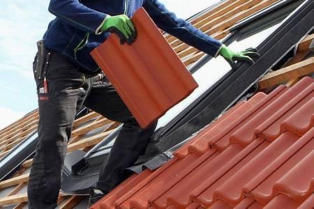 Dacharbeiten sind nicht ungefährlich. Deshalb ist es wichtig, sich hier gut abzusichern. Foto: Nestor Bachmann/dpa-tmn