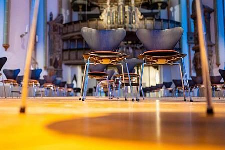 Stühle stehen mit Abstand zueinander in der St. Johanniskirche. Das Osterfest soll möglichst ohne Präsenzgottesdienste stattfinden. Foto: Philipp Schulze/dpa