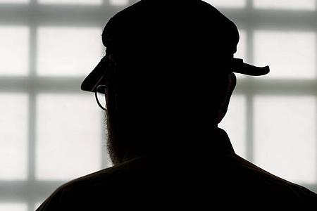 Der Häftling steht in Bruchsal in der Justizvollzugsanstalt vor dem vergitterten Fenster eines Besucherraums. Nach mehr als 58 Jahren Haft kommt ein 84 Jahre alter verurteilter Doppelmörder frei. Foto: picture alliance / dpa